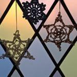 Gehaakte #sneeuwvlokken #sterretjes #raamdecoratie #haken #haakwerkjes #sneeuwvlok #hakeln #crochet #glasenlood