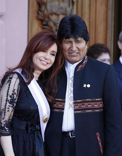 La Presidenta abraza a su par de Bolivia, Evo Morales