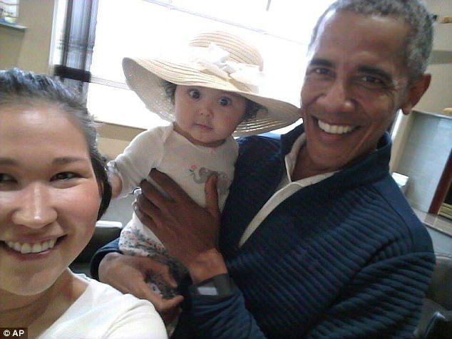 Jolene Jackinskysnapped a photo of Barack Obama cradling her baby after meeting him at the airport