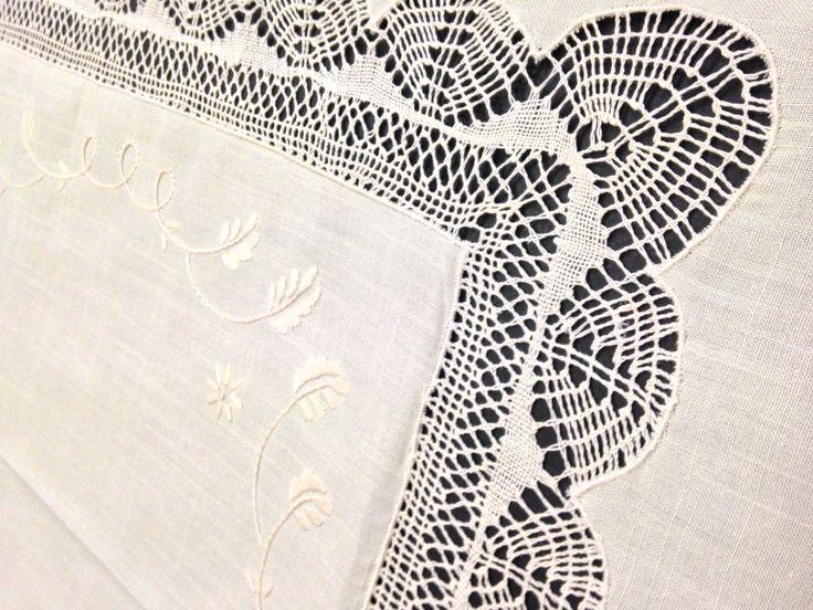 Exclusivo y maravilloso mantel de hilo y algodón, BORDADO A MANO.  Mantel con motivos naturales, hojas y ramas, rematado con una puntilla de bolillos haciendo ondas en el centro y el embozo.  Ideal para grandes acontecimientos, disfrute de una obra de arte en su mesa.  Medidas 270 x 180 cm. para 12 cubiertos. 12 Servilletas incluidas incluidas con puntilla en una de las puntas.  Puedes comprar este mantel en http://www.lagarterana.com/