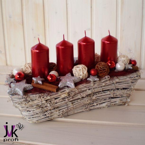 Vánoční+svícen+Alice+Popis:+Vánoční+svícen+v+červeno-stříbrné+barvě.Košík+zdobí+ratanové+kouličky,+skořice,+hvězdy,+skleněné+baňky+a+sušina.+Slouží+pro+dekorativní+účely.+Vhodný+do+interiéru.+Rozměry:+Šířka:+cca+10+cm.+Délka:+cca+28+cm.+Výška:+cca+15+cm.+UPOZORNĚNÍ:+Barvy+se+mohou+mírně+lišit+vzávislosti+na+nastavení+monitoru+Vašeho+počítače.