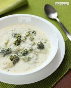 Sopa de brócoli, cebolla y queso.