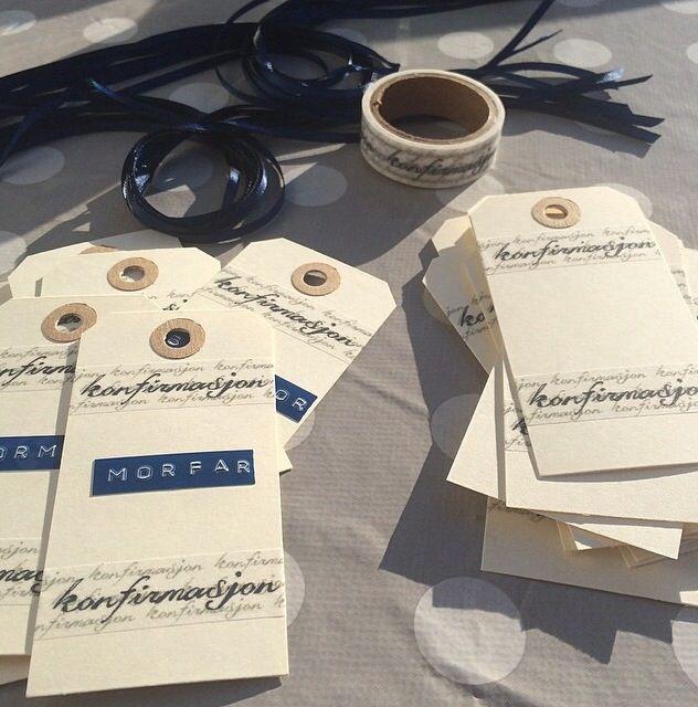 Ferdig med bordkortene til konfirmasjonen. Kort, tape med skrift og silkebånd fra Panduro. Dymo fra Clas Ohlson.