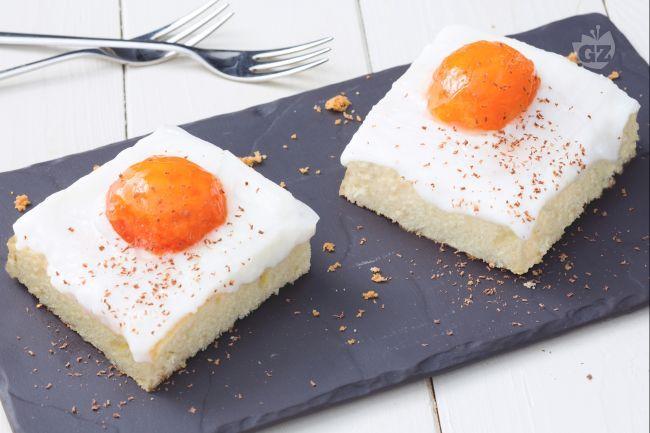 La torta con albicocche fresche trae ispirazione da un dolce tedesco,  la Spiegeleikuchen,  letteralmente torta di uova al tegamino.