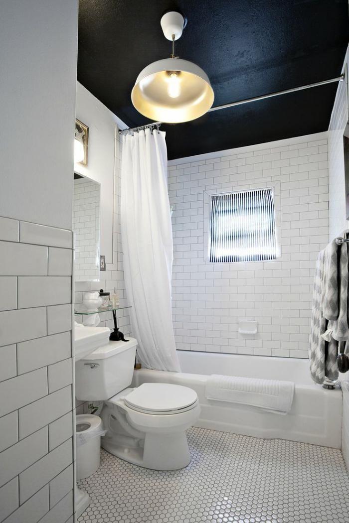 carrelage blanc brillant, salle de bain en noir et blanc, petites tuiles de sol
