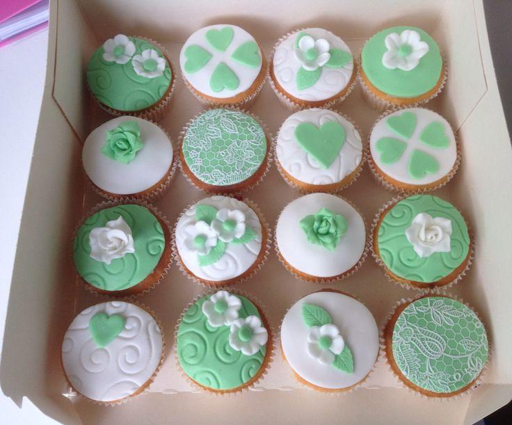 Mintgroen met witte cupcakes voor een 2-jarige bruiloft