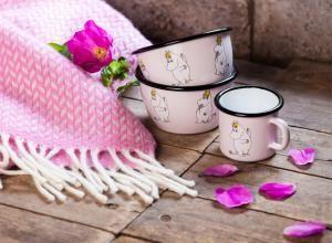 Muumi Retrosarjan Niiskuneiti emalit. Muurla's Retro series Snorkmaiden enamels. #moomin #muumi #pink #snorkmaiden #niiskuneiti #vaaleanpunainen #puulattia #woodfloor