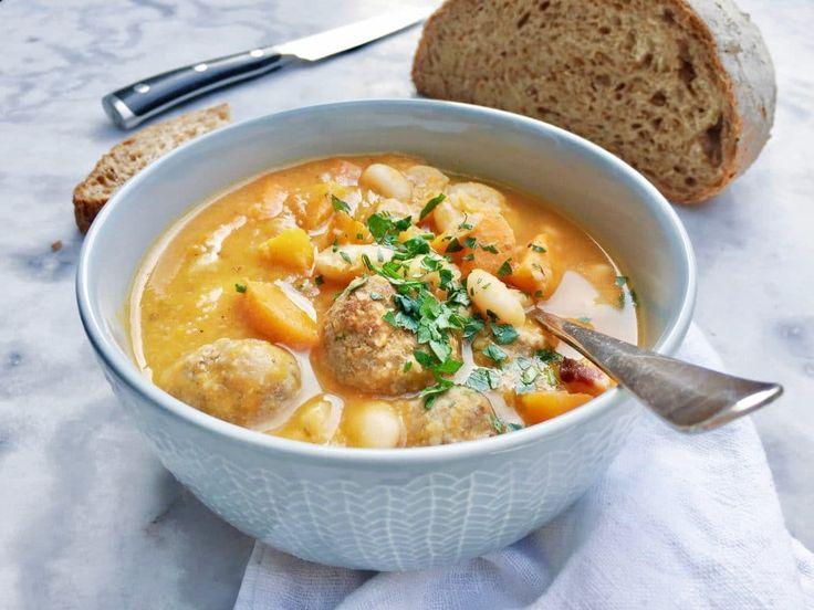 Een heerlijke gezonde maaltijdsoep voor de herfstmaanden. Deze soep met witte bonen, wortel en gehaktballetjes is goed vullend. Het recept vind je hier->>