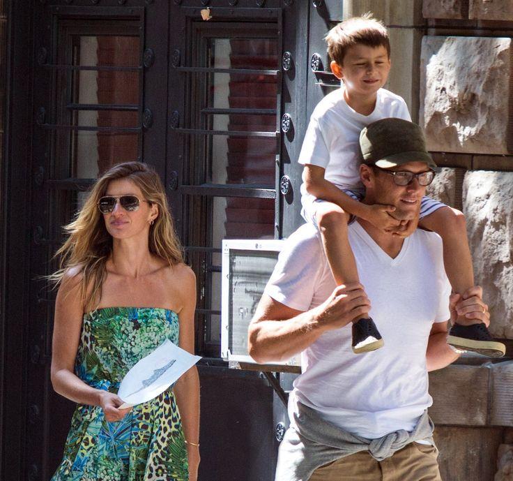 A bordo de vestido longo estampado e rasteirinhas, top brasileira é flagrada com o marido Tom Brady e os filhos durante passeio pelas ruas nova-iorquinas