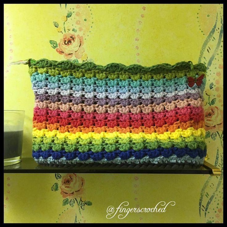 Så roligt att se, när man kommer bort, att se något man gjort stå framme 🌸 ------------------------------------------ #virka #virkat #virkning #crochet #crochetbag #craftastherapy #virkkaus #heklet #hekling #hekledilla #fingerscroched #haken #häkeln #colourful #färgglad #regnbåge #rainbow #necessär #grannystripes #mormorsränder #virkstagram