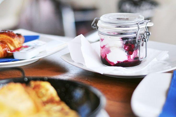 Desayuno continental: Yogurt Griego con frutos rojos / nueces y miel + tostadas / croissant con mantequilla y mermelada + zumo de naranja natural y café / té. #vaimoana #panteagroup #chiringuito #barcelona #bogatell #playa #desayuno