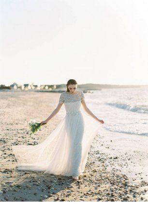 Белое свадебное платье расшитое стразами и с легкой шифоновой юбкой