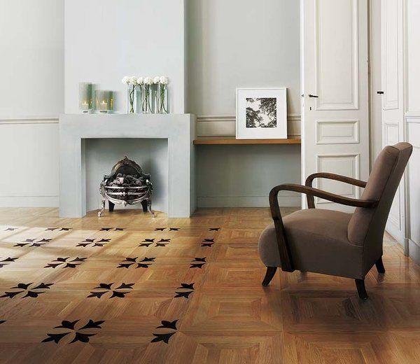 Una composición de reminiscencias vintage, con dibujos clásicos en cuadrícula y detalles de taracea en madera oscura.