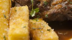 Polenta frita com queijo mascarpone: Para deixar a receita bem crocante, Carolina Ferraz usa farinha panko