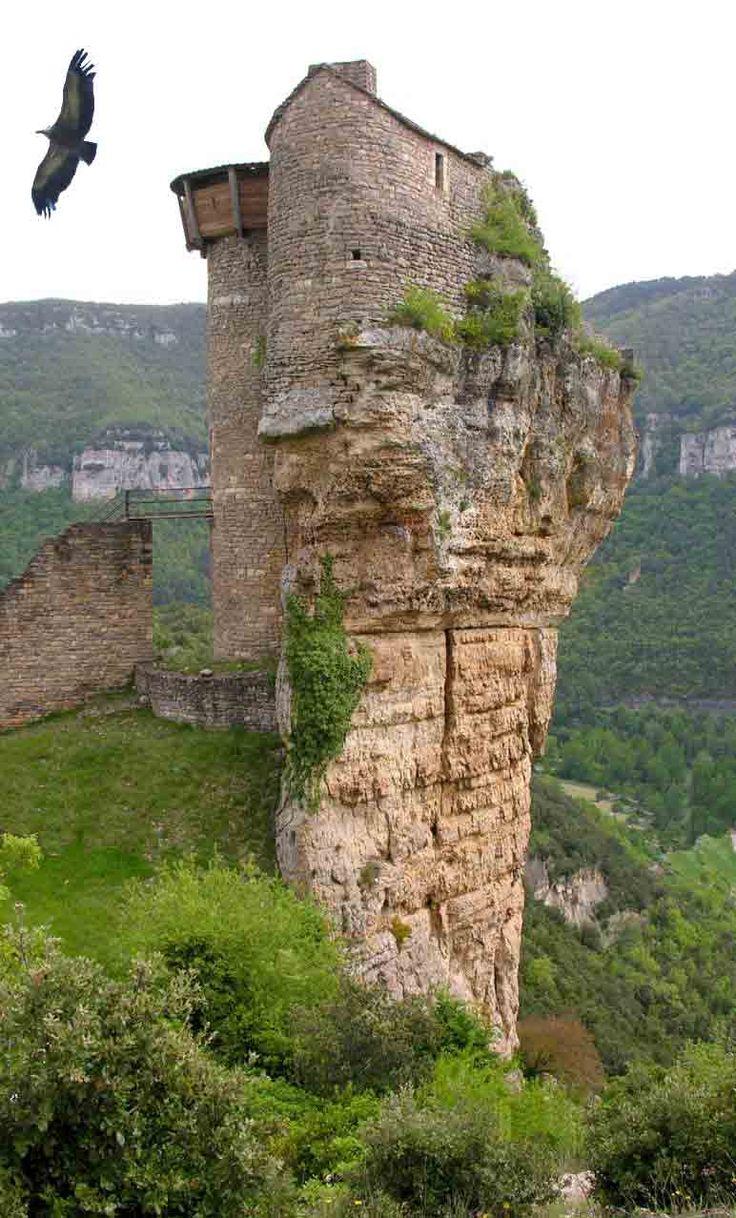 Un nid d'aigle dans la vallée des vautours : Le château de PEYRELADE Situation • Entrée des gorges du Tarn • Environ 16 km au Nord Est de Millau • Rivière sur Tarn 12640 Aveyron De nombreux château se confondent et prolongent le sommet des montagnes Le...