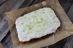 Hörni, vilken kaka jag bakade igår alltså! Så vansinnigt god blev den. Fräsch, söt, syrlig och bara såååå fantastisk smaskig! Den här ska jag verkligen baka fler gånger. Den kommer också få gästa kaffestugan. En långpannekaka med ett täcke av sötsyrlig frosting. RECEPT CITRON/KOKOSKAKA: 2½