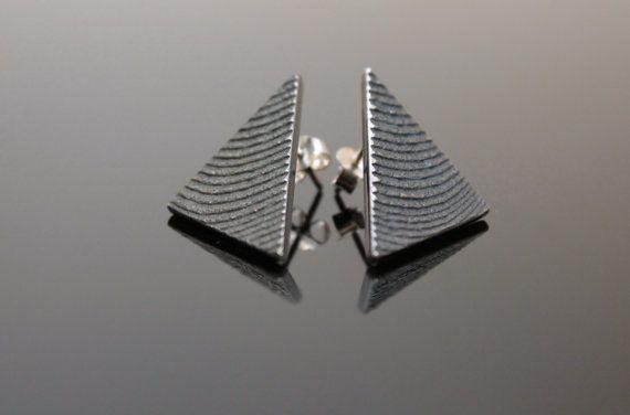 Orecchini triangolari in argento ossidato con di NaturalGeometry