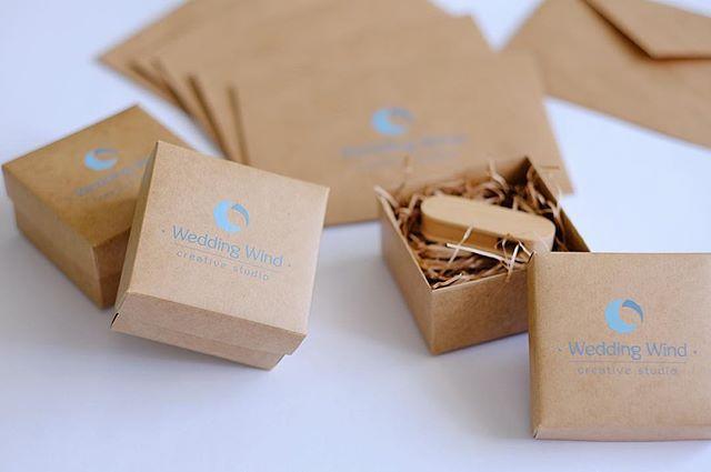 Крафт коробочки для флешки . Крафт конверты для фото 10х15 #коробочкадляфлешки #коробдляфотографий #упаковкадляфотографов #коробкадляфото #korabook #крафтконверты #деревянныефлешки