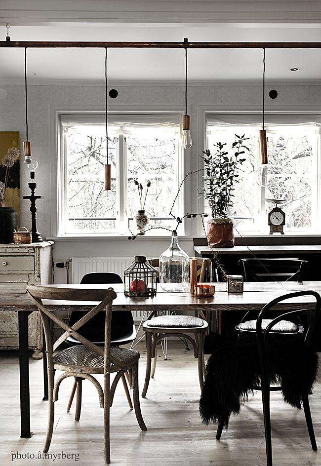 <p> Jag får ofta frågor om hur vi har byggt vårt eget matbord, som är gjort av två gamla golvbrädor. Det är ju så att vårt hus är ett litet hus, ganska smalt, så de bord som fanns påmarknadenvar alldeles för breda. Vi behövde alltså ett smalt lite längre bord. Så detta fick bli ett…</p>