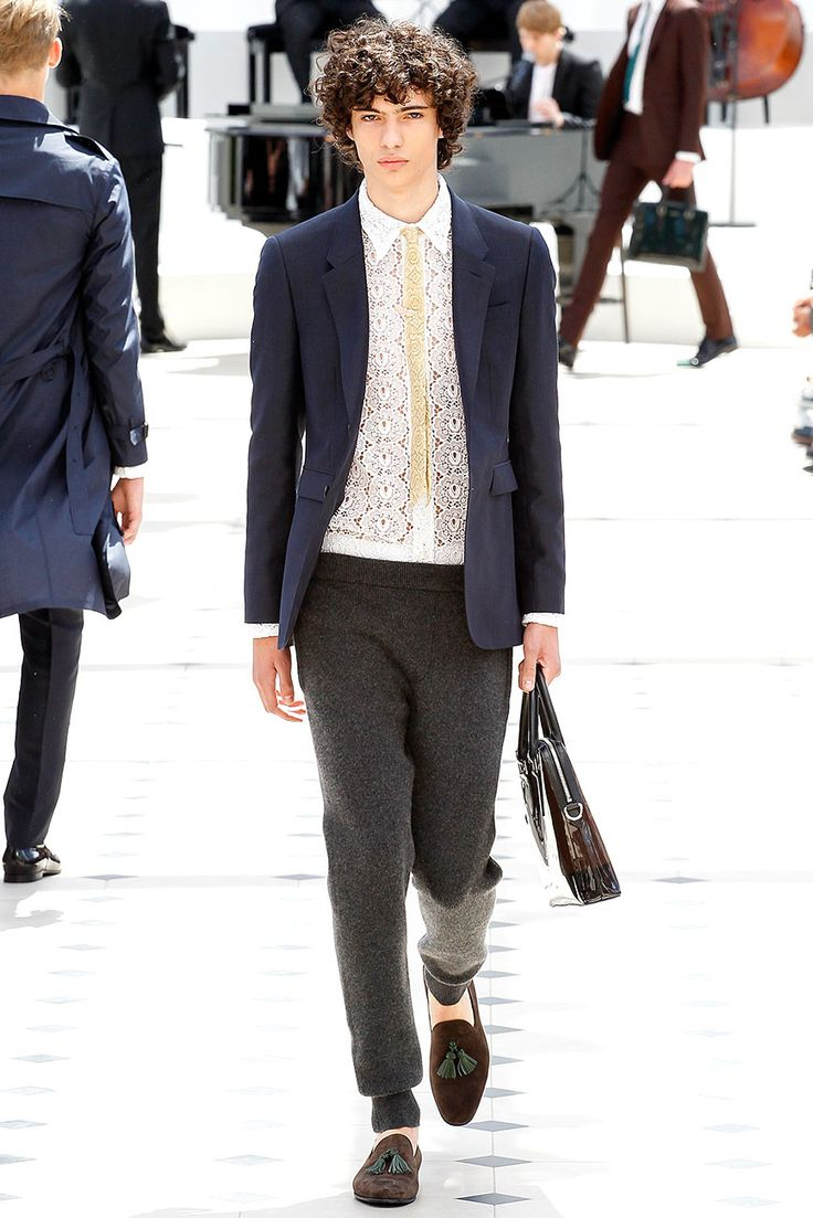 +50 looks de elegancia al estilo @Burberry, la pasarela completa ya está en Vogue.mx #LCM  http://buff.ly/1GofK4F