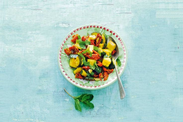 Kijk wat een lekker recept ik heb gevonden op Allerhande! Zoetzure courgette met tomaat en munt
