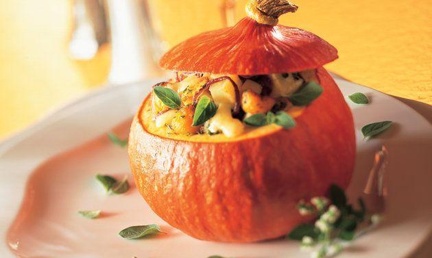 Potimarron au four farci: Couper une calotte dans le haut des courges et évider l'intérieur avec une cuillère parisienne. Pour la farce, couper les pommes de ...