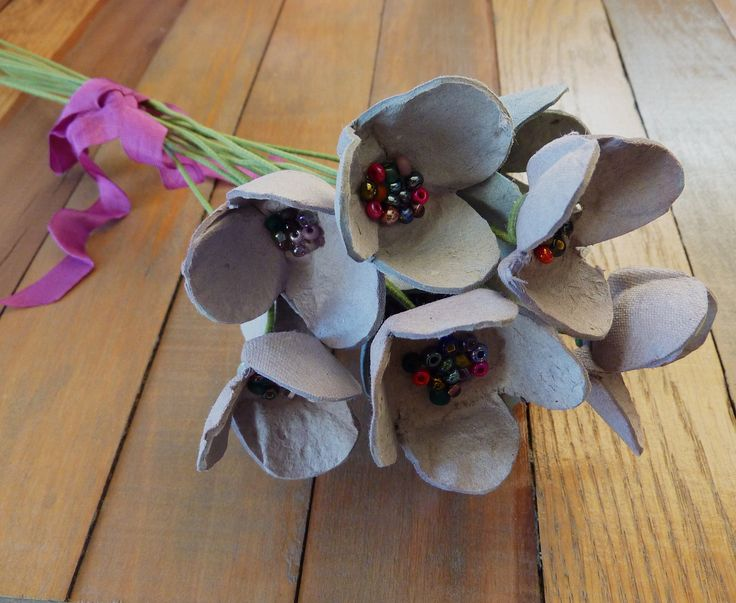 Bloemenboeket uit eierkarton.