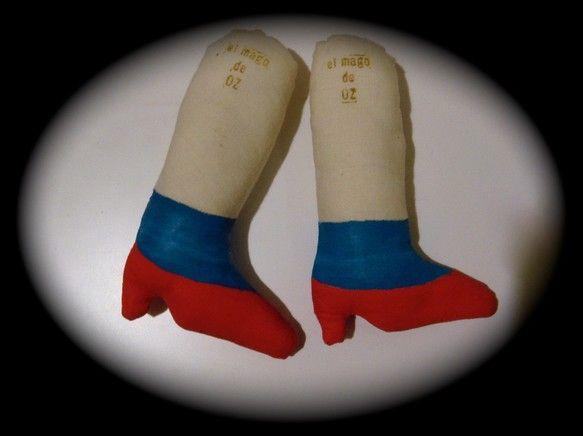 ぬいぐるみ ブローチ オズの魔法使い〜ドロシーの足〜「ドロシー、どこへ行くんだい?」「遠くへ!」大きめなブローチなのでお洋服に付けたら存在感大です。鞄に付けて...|ハンドメイド、手作り、手仕事品の通販・販売・購入ならCreema。