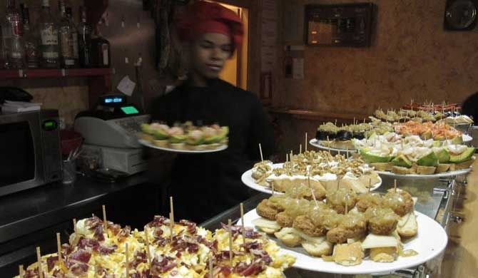 Barcelona Tour: Tapas Tour 'En el barrio' 2018 Barcelona Tour: Tapas Tour 'En el barrio' Join this food envy-inducing Barcelona tour for three hours of power eating - Spanish-style. Join locals as they indulge in the fine art of eating and... #Event #Culture  #Tour #Backpackers #Tickets #Entertainment
