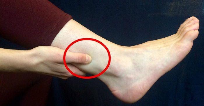 Med detta geniala knep kan du kyssa din smärta adjö. De flesta älskar en bra massage, men visste du att genom att massera fotlederna, kan du bli av med huvudvärk och lindra stela axlar och halsont? Detta underbara trick kommer från den kinesiska akupressuren som har använts i tusentals år. Akupressur fungerar som akupunktur för …