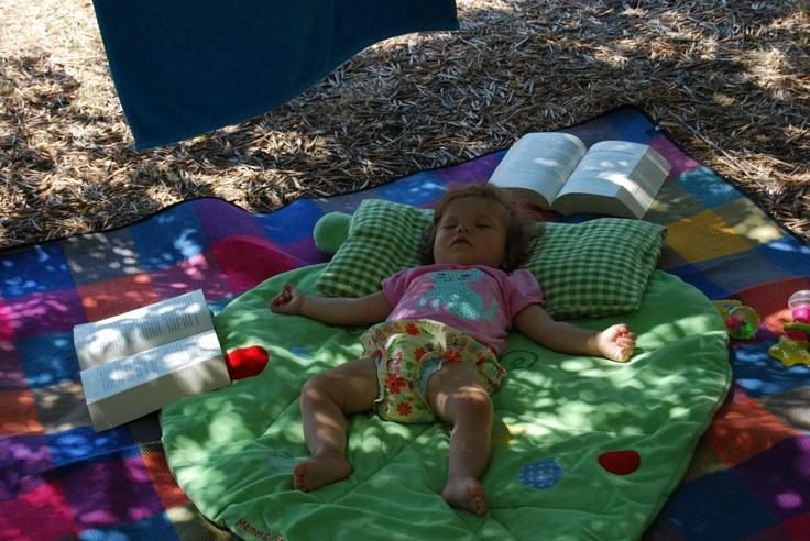 Drzemka w gaju oliwnym odgoniła rodziców Zosi od lektury do uwiecznienia snu małej podróżniczki.  Fot. Edyta Rogozińska