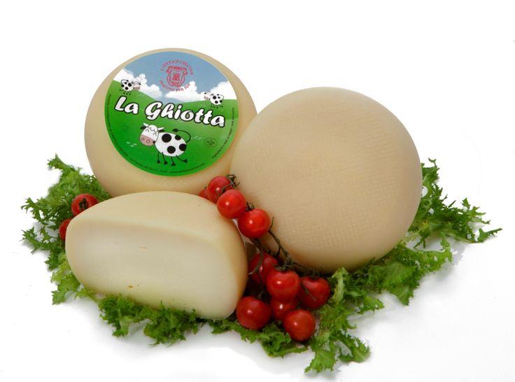 La Ghiotta es un queso fresco elaborado con leche de vaca. Su delicado sabor dulce hace que sea apto para todos los paladares, sobre todo el de los niños. Se presta a una variedad de usos en cocina, ideal para ensaladas y aperitivos, como postre con fruta fresca o en preparaciones gratinadas. De pasta elástica y suave, presenta algunos agujeros, su corteza es de color amarillo pálido, fina y suave.