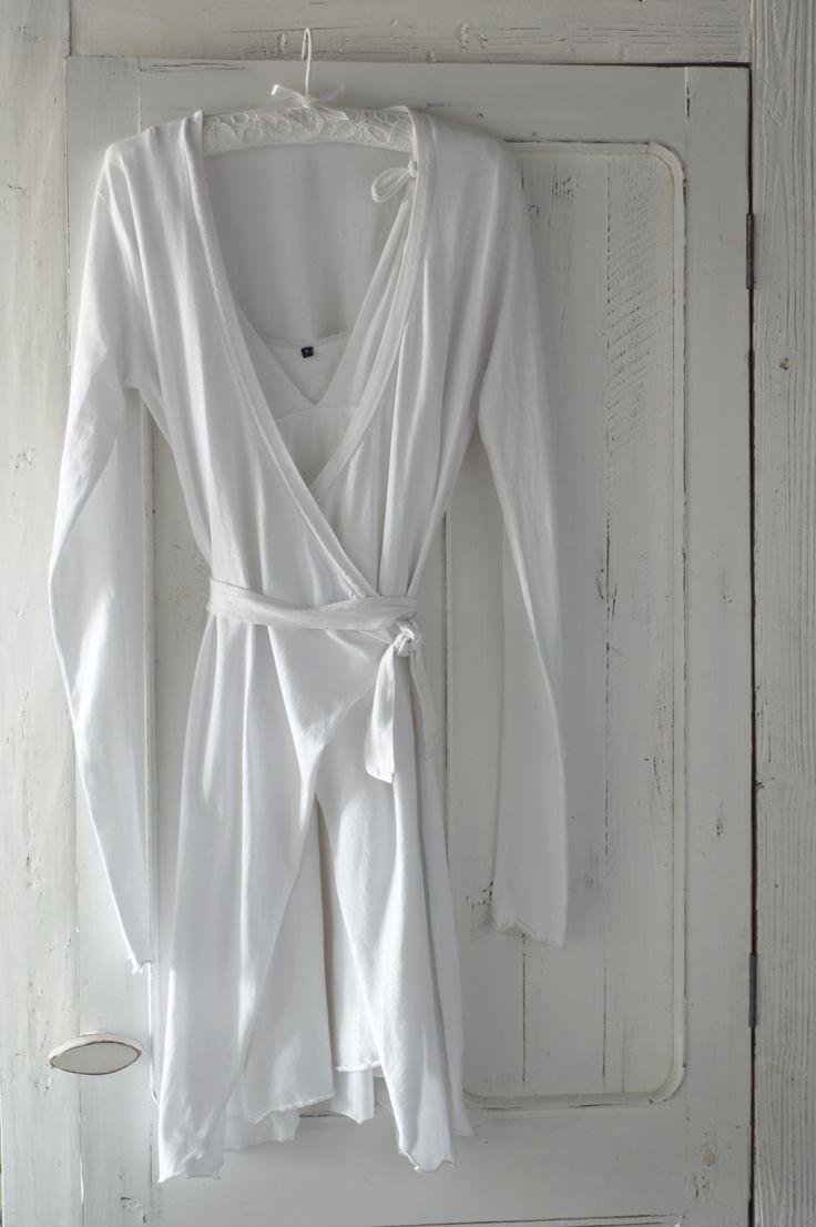 Kimono & nachthemd wit - witte slaapkamer - wit beddengoed - wit interieur - nachtmode - slapen