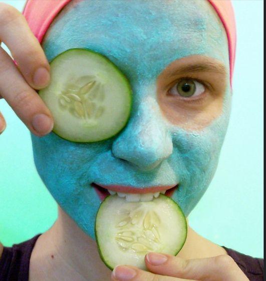 Schäle eine Gurke und pürier sie. Wenn du jetzt noch Zitronensaft dazu gibst, hast du das ideale Gesichtswasser.