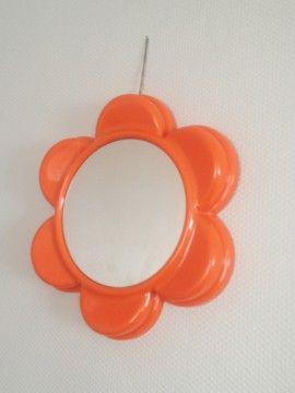 Joli Miroir en forme de fleur, en plastic orange typique des 70's.