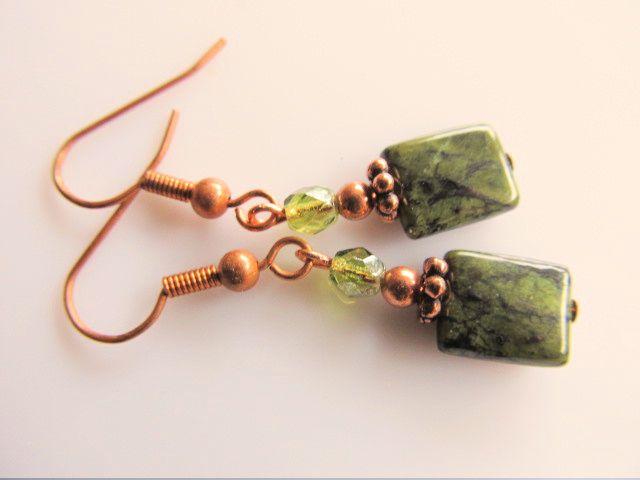 Oorbellen Copper Serpentijn. Mooie rechthoekige serpentijn met tsjechisch glas facet in olijfgroen. geheel koper.