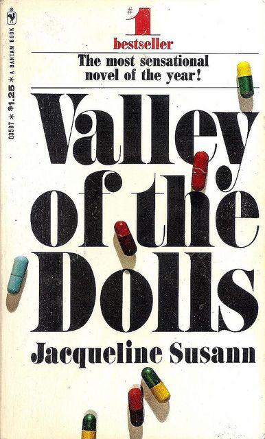 """Jacqueline-Susann Valley-of-the-dolls / El mundo de la farándula. Primera mitad siglo XX. La lucha por mantenerse en el candelero. Traiciones, infidelidades, las primeras """"muñecas"""" o drogas sinteticas y muchos somníferos."""