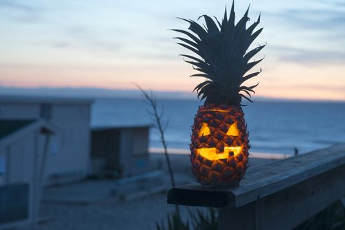 Beachy Tiki Pineapple Jack O' Lantern, must make this Summer. At link: more Halloween Hacks to Trick Out Your House.