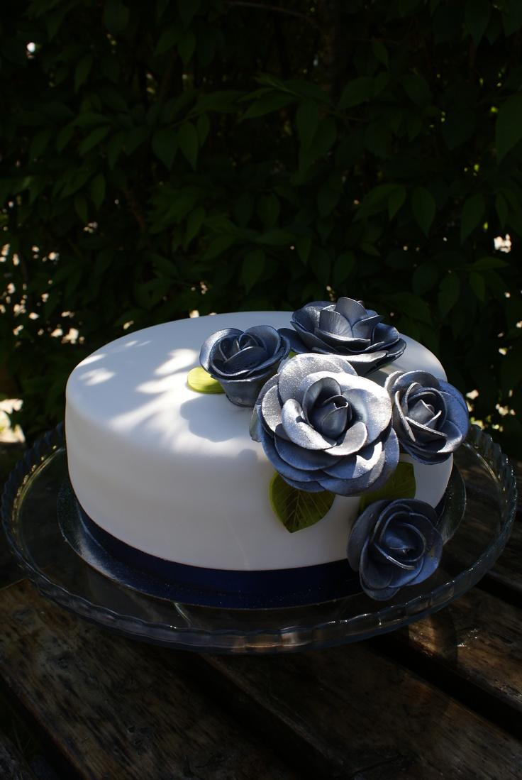 """Taartje (cake) met mooie zilveren rozen. gemaakt door """"het kleine Taartenwinkeltje""""."""