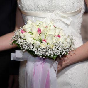 Νυφική Ανθοδέσμη Γάμου , Νυφικό μπουκέτο με ολόφρεσκα λουλούδια ιδανικό για να συμπληρώσει μια ξεχωριστή νύφη. Το πιο σημαντικό μπουκέτο της ζωής σας επιλεγμένο να συμπληρώσει ιδανικά το στυλ του γάμου που έχετε επιλέξει, από μοντέρνο σε κλασσικό ή ρομαντικό. Το πιο όμορφο στολίδι στα χέρια σας. Υπέροχο μπουκέτο σε κλασσική γραμμή, με το βασιλιά των λουλουδιών να κυριαρχεί σε όμορφες αποχρώσεις του λευκού-λιλά.
