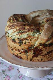 Uzun zamandır derin bir kek kalıbı arayışı içindeydim.En sonunda bulmayı başardım.Bu kalıpla deneyeceklerimin en başında bir ekmek vard...