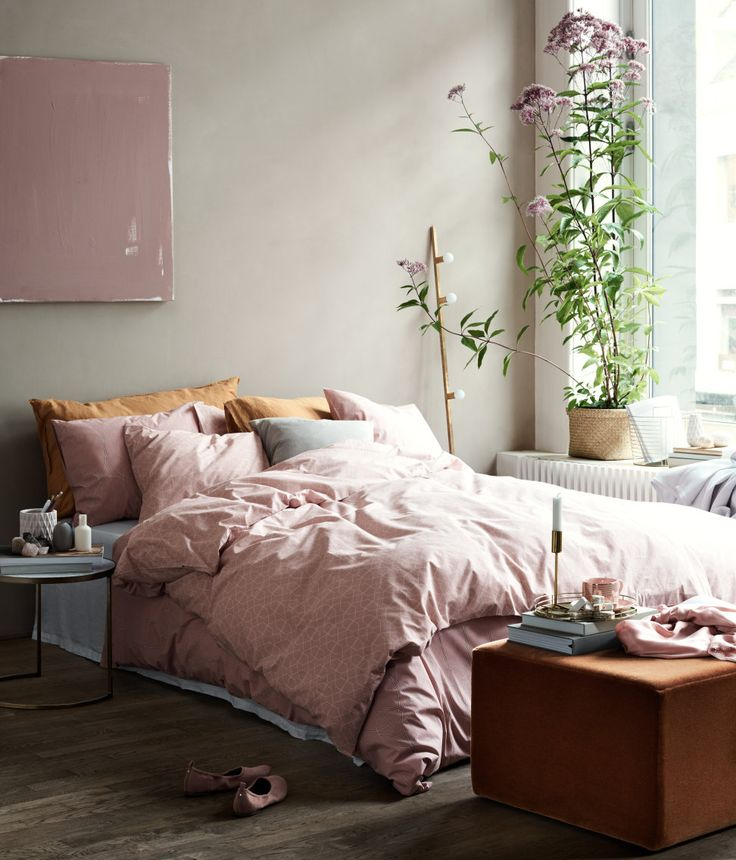pink bedding w/blue and green furniture, also gold pillows.