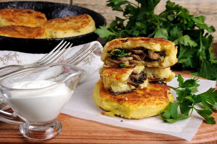 Ароматные картофельные зразы с грибами – отличное блюдо для обеда или ужина. Они очень сочные, вкусные, семья будет просто в восторге.