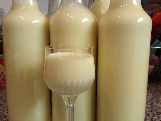 Jak vyrobit vařený vaječný likér | recept | JakTak.cz 1 l 12% smetany na vaření Kunín 250 ml 30% smetany ke šlehání 500 ml rumu Božkov 8 žloutků 1 Salko 300 g cukru krupice 1 vanilkový cukr 1-2 čajové lžičky vanilkového aroma