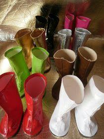 Estas botas son en skay blanco que usé para hacerlas eran restos de recorte.             Este es un artículo reciclado, el cartó...