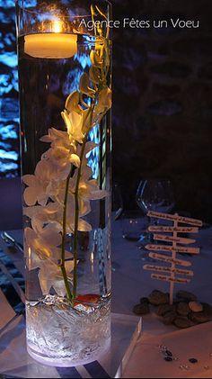 Décoration de mariage, fleurs immergées, vase haut lumineux, poisson rouge. Décoration : Fêtes un Voeu - Normandie.