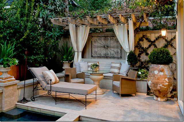 pergola avec rideaux -blancs-pergola-adossée-bois-grandes-jardinières-buis-plantes-vivaces