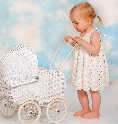 Babystrik: Sød kjole med hulmønster - Hjemmet - ALT.dk