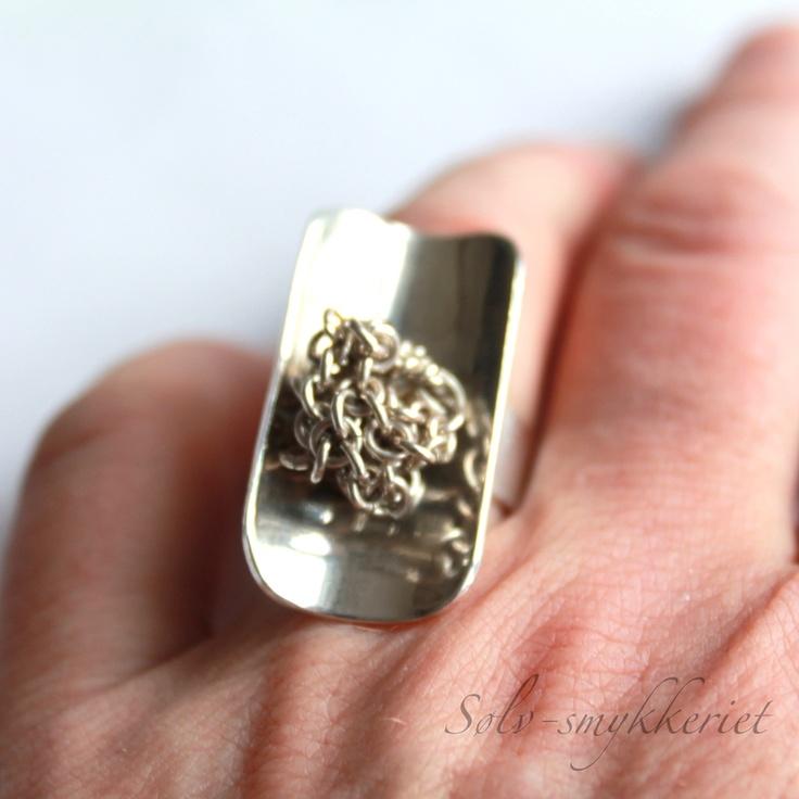 Urolig ring i sølv med en kjedeknute som beveger seg - dinbod.no
