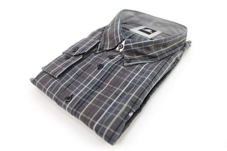 Koszula w kolorze szarym w kratę, którą tworzą białe, czerwone, niebieskie i beżowe linie. Skład: 100% bawełna